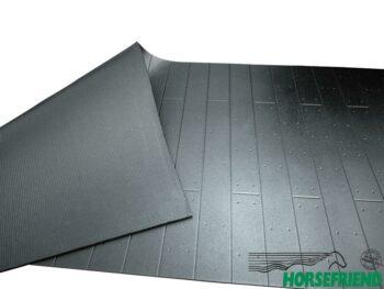 05.Rubber voor de wand (Belmondo Rodeo); bovenzijde plank motief en de onderzijde rillen. Afm. 130x 350cm. Dikte 11mm