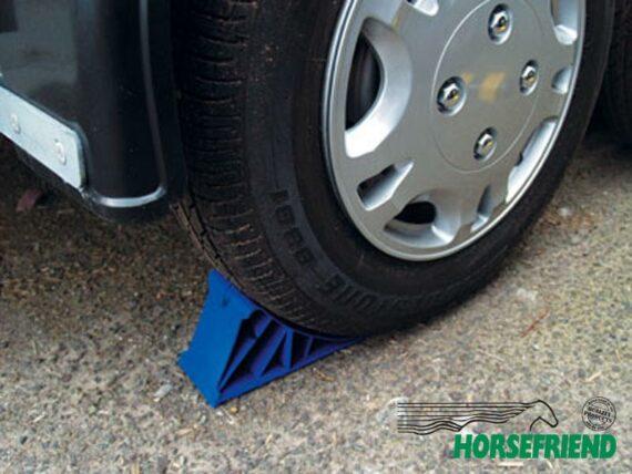 02. Wielstop; kunststof keil voor achter of voor het wiel te plaatsen.