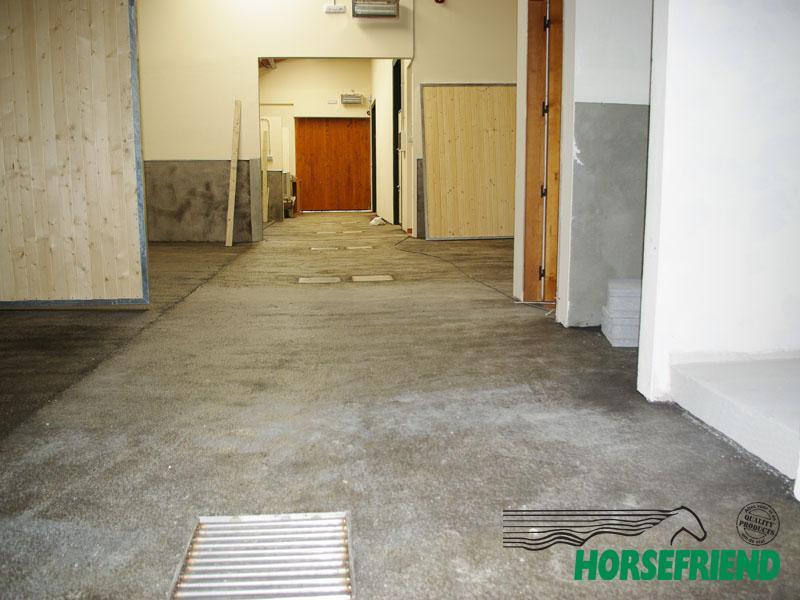 03.Horsefloor rubbergietvloer. Een vaste rubber vloer uit één stuk. Voldoende grip, éénvoudig te reinigen en zorgt voor rust in de div. ruimtes.