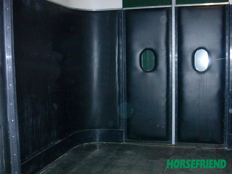 01.PVC voor de wand met dubbele sterke polyester inlagen; 4mm dik. Kleur: zwart. Per str.m
