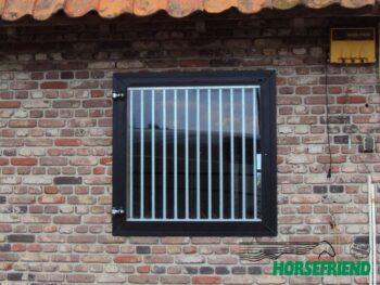 02. Draaibaar venster gecoat. Incl. wegneembaar gegalvaniseerd spijlenrek. Afm.b.1,000mm x h.1,000 mm