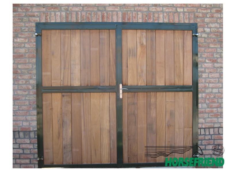 04. Dubbele ééndelige deur voorzien van zowel onder- als boven een houten vulling