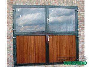 05. Dubbele tweedelige loopdeur voorzien van hardhout onder en boven veiligheidsglas. Gecoat