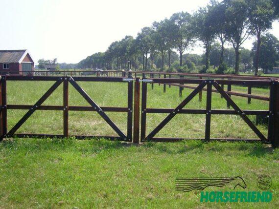 04.Enkele poort standaard verhoogde uitvoering; 250cm breed.