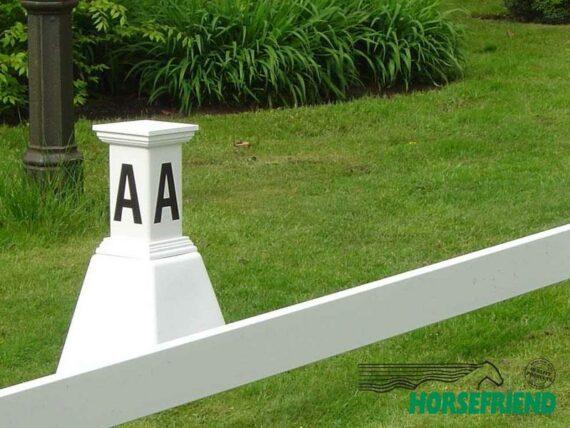 01.Dressuurletters - kunststof pion met kleine letterzuil (incl.4 letters); per stuk