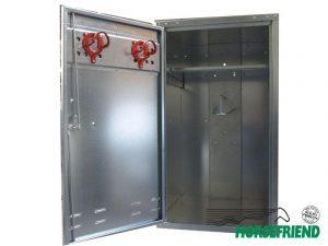 18.Zadelkast 60x 60x 106cm; geschikt voor één zadel. Driepuntsluiting