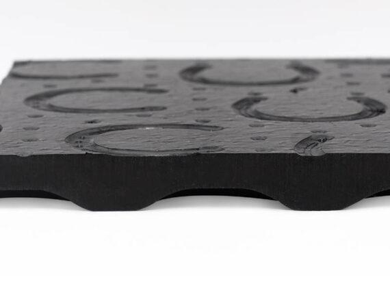 04.Belmondo Trend puzzelmat. Stroef en warm; reduceert de strooikosten. Extra veerkracht door de luchtkussens aan de onderzijde.