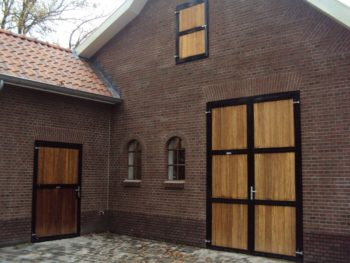 09.Dubbele extra hoge ééndelige deur. Gecoat. Volledig voorzien van Bamboe vulling