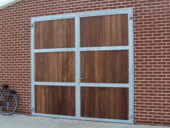 07.Dubbele verhoogde ééndelige deur. Volledig voorzien van hardhout